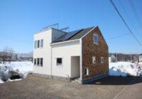 外壁にウッドシングを使い変化を楽しみ、太陽光発電でエコ生活