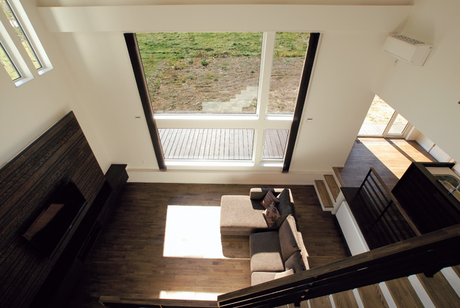 広大な十勝平野を望む 吹き抜けの窓が家の主役