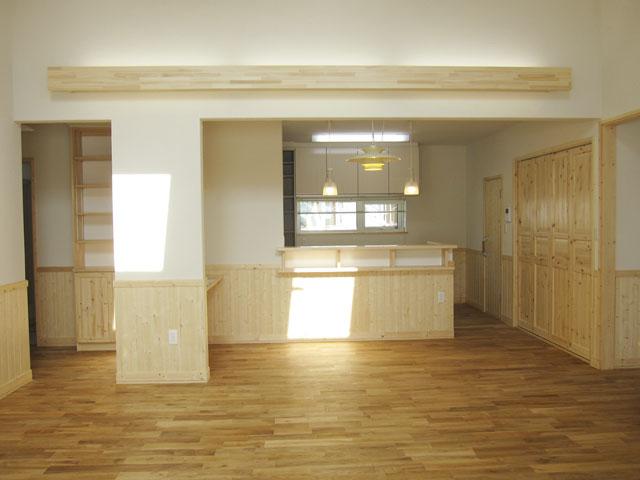 パインと塗壁の平屋
