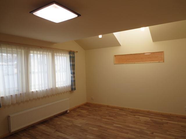 無垢のナラのフローリングと建具、天井の羽目板のパイン材がナチュラル感を引き立てます
